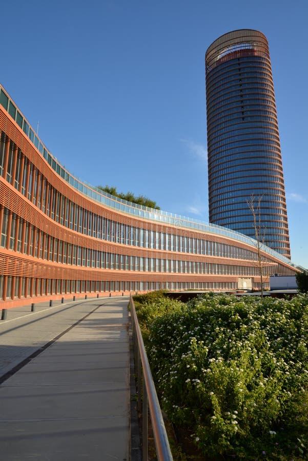 Ανδαλουσία Σεβίλη Ισπα&n Σύγχρονο κτήριο γραφείων και πολυόροφων κτιρίων πύργων ξενοδοχείων στοκ φωτογραφίες