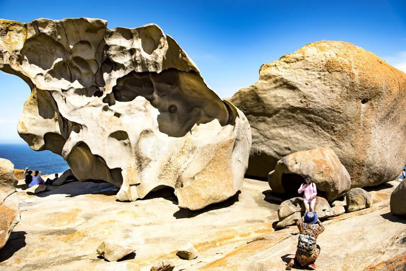 Αξιοπρόσεκτοι βράχοι, άνθρωποι που παίρνουν τις φωτογραφίες των αξιοπρόσεκτων βράχων, νησί καγκουρό, Αυστραλία στοκ εικόνες με δικαίωμα ελεύθερης χρήσης
