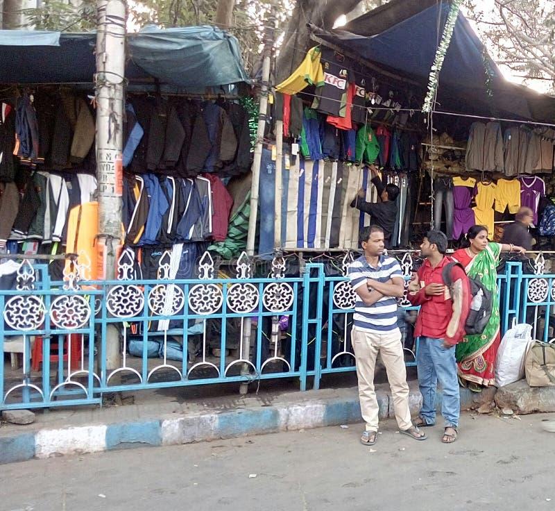 3 λαοί είναι στο μονοπάτι σε Kolkata στοκ εικόνα