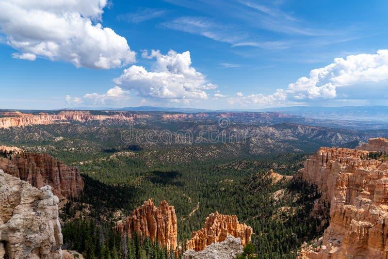 Απέραντη άποψη των δασών και του κόκκινου βράχου στο εθνικό πάρκο φαραγγιών της Γιούτα Bryce, με το μπλε ουρανό στοκ φωτογραφία με δικαίωμα ελεύθερης χρήσης