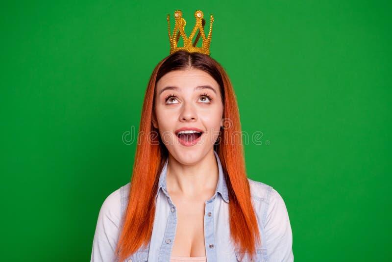 Απίστευτα γενέθλια νίκης Η φωτογραφία της συμπαθητικής γυναικείας φοβιτσιάρους αστείας αντίδρασης εντυπωσίασε την έκπληκτη κραυγή στοκ εικόνες