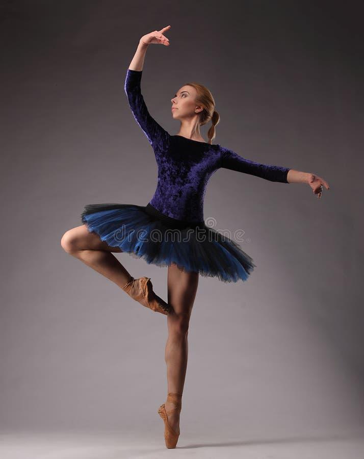 Απίστευτα το όμορφο ballerina στην μπλε εξάρτηση θέτει στο στούντιο Κλασσική τέχνη μπαλέτου στοκ φωτογραφίες με δικαίωμα ελεύθερης χρήσης