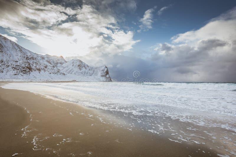 Απίστευτα όμορφη άγρια παραλία με το κρύσταλλο - καθαρίστε το νερό στη Νορβηγία στοκ φωτογραφίες