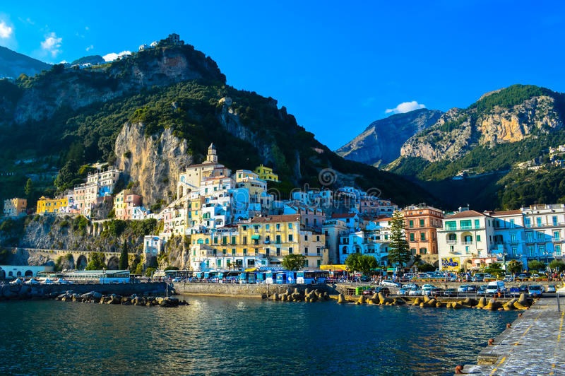 Απίστευτη άποψη της ζαλίζοντας ακτής της Αμάλφης, Ιταλία στοκ εικόνες