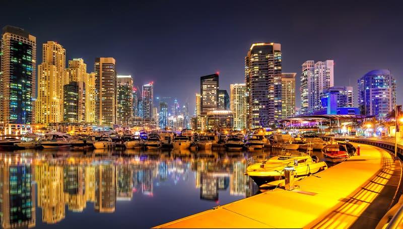 Απίστευτος ορίζοντας μαρινών του Ντουμπάι νύχτας Αποβάθρα γιοτ πολυτέλειας Ντουμπάι, Ηνωμένα Αραβικά Εμιράτα στοκ φωτογραφίες