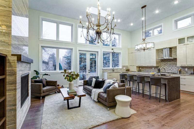 Απίστευτο ελαφρύ και αερώδες καθιστικό με το υψηλό ανώτατο όριο σε ένα σπίτι νέας κατασκευής στοκ φωτογραφίες