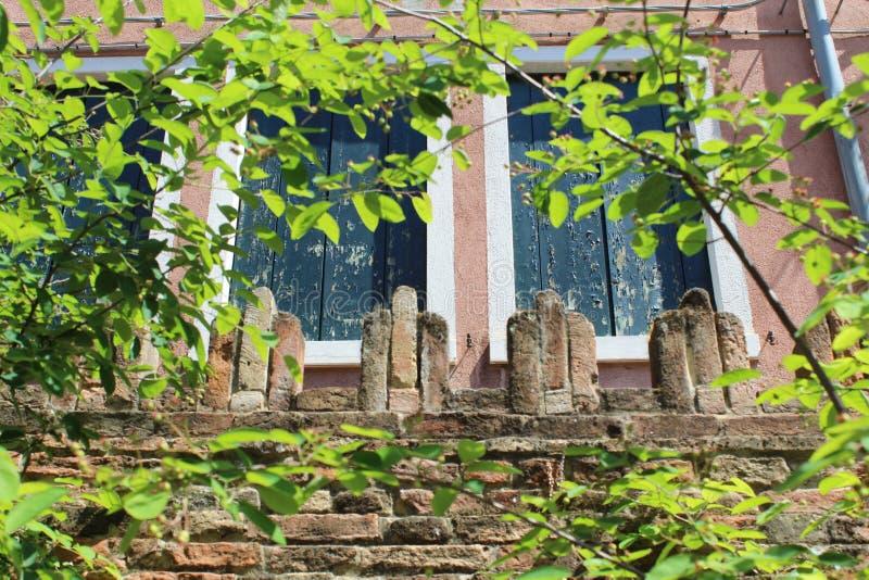 Απαγμένο κτήριο - παράθυρα στοκ εικόνα