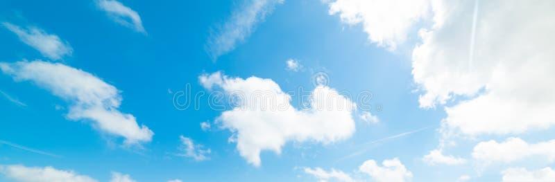 Απαλά σύννεφα και γαλάζιος ουρανός στοκ εικόνες