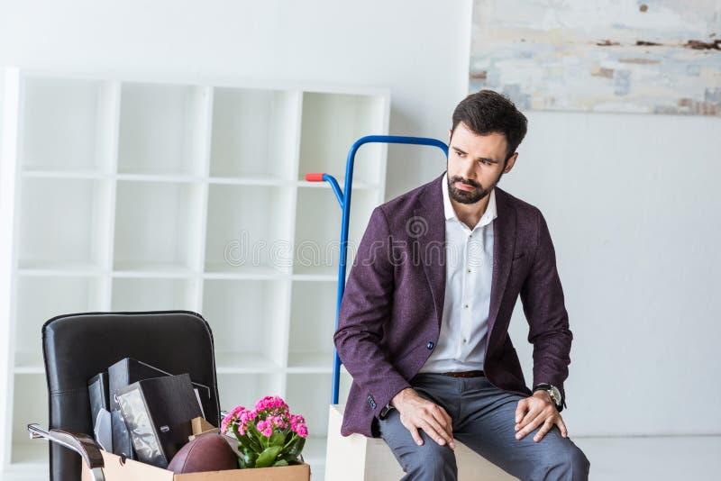 απαλλαγμένος νέος επιχειρηματίας με το κιβώτιο της προσωπικής συνεδρίασης ουσίας στοκ φωτογραφία