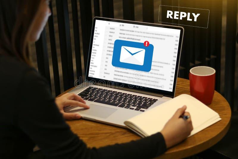 απαντήστε ότι το ηλεκτρονικό ταχυδρομείο μηνυμάτων στον επιχειρηματία υπολογιστών λειτουργεί σε im στοκ εικόνες με δικαίωμα ελεύθερης χρήσης