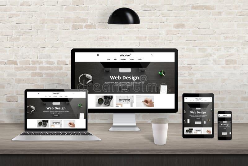 Απαντητική παρουσίαση ιστοχώρου για τις διαφορετικές συσκευές επίδειξης στοκ εικόνες
