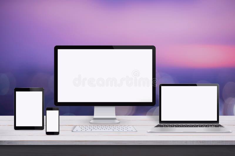 Απαντητικό πρότυπο σχεδίου Ιστού Συσκευές με την οθόνη στο άσπρο ξύλινο γραφείο στοκ φωτογραφία