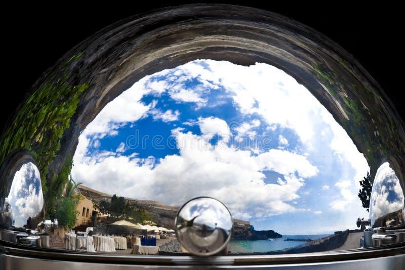 Απαρατήρητη πραγματικότητα - mediterrean τοπίο και ακτή σε ένα ασημένιο cloche στοκ εικόνες