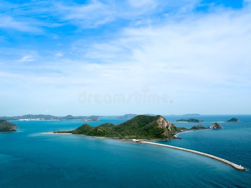 Απαρατήρητη όμορφη άποψη προοπτικής του νησιού στη θάλασσα στη σαφή ημέρα μπλε ουρανού νησί τροπικό Ταϊλάνδη στοκ φωτογραφίες