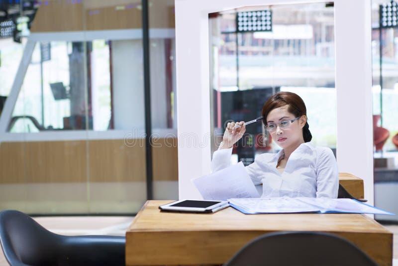 Απασχολημένη επιχειρησιακή γυναίκα στο γραφείο στοκ εικόνα με δικαίωμα ελεύθερης χρήσης