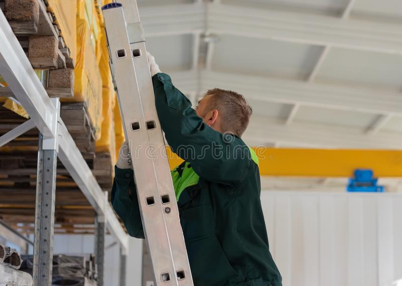 Απασχομένος στην αποθήκη εμπορευμάτων επάνω στα σκαλοπάτια στοκ φωτογραφία με δικαίωμα ελεύθερης χρήσης