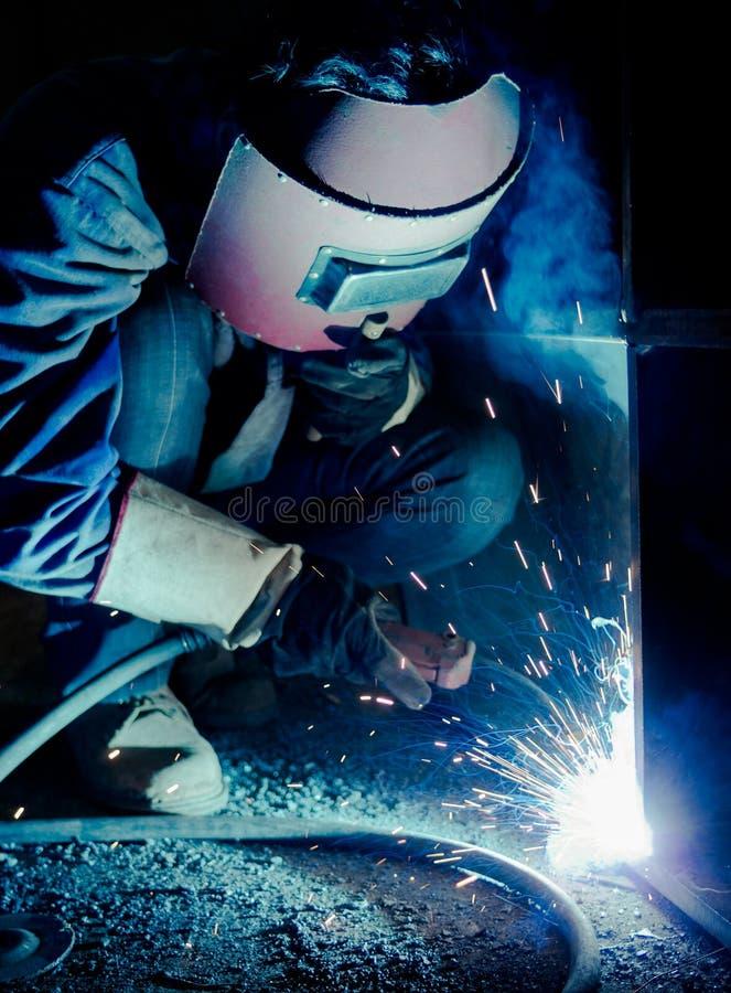 Απασχοληθείτε στους εργαζομένους μιας συγκόλλησης στα εργοστάσια στοκ εικόνες με δικαίωμα ελεύθερης χρήσης