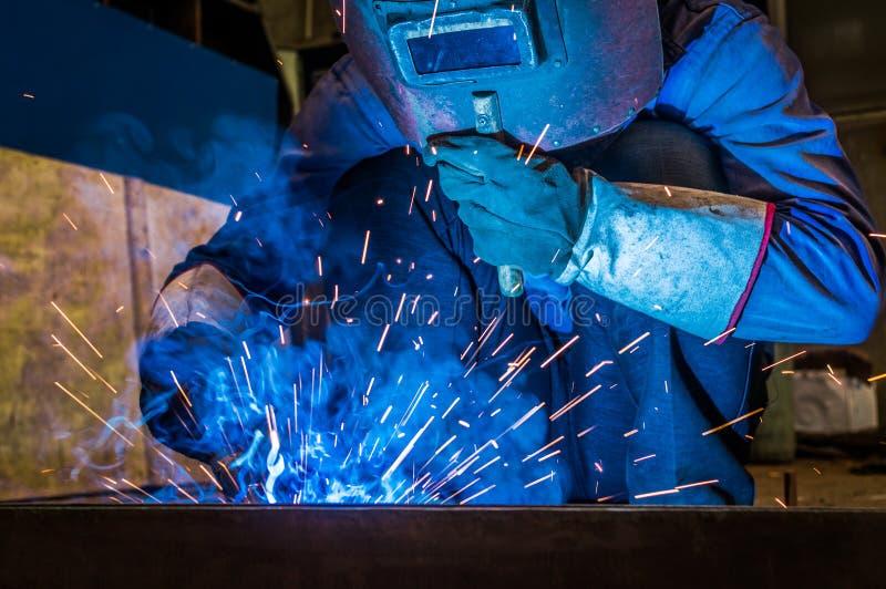 Απασχοληθείτε στους εργαζομένους μιας συγκόλλησης στα εργοστάσια στοκ φωτογραφία με δικαίωμα ελεύθερης χρήσης