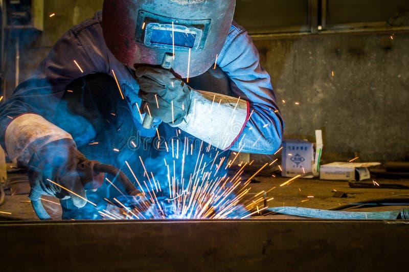 Απασχοληθείτε στους εργαζομένους μιας συγκόλλησης στα εργοστάσια στοκ φωτογραφίες με δικαίωμα ελεύθερης χρήσης