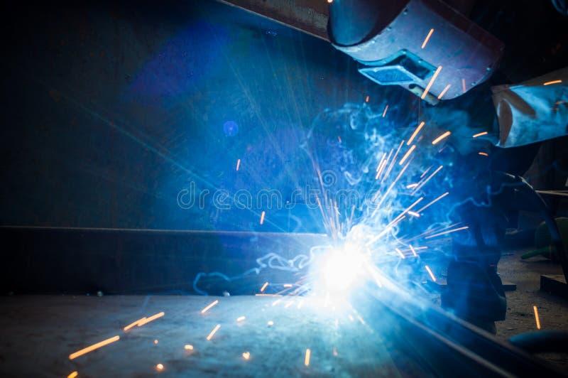 Απασχοληθείτε στους εργαζομένους μιας συγκόλλησης στα εργοστάσια στοκ φωτογραφία