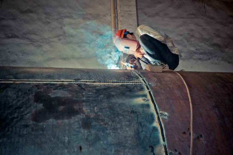 Απασχοληθείτε στους εργαζομένους μιας συγκόλλησης στα εργοστάσια στοκ εικόνες