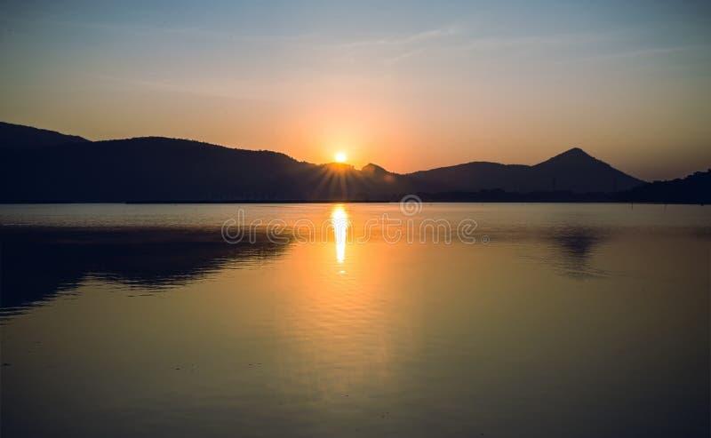Απεικονίστε του βουνού στη λίμνη στο εθνικό πάρκο στοκ φωτογραφία με δικαίωμα ελεύθερης χρήσης