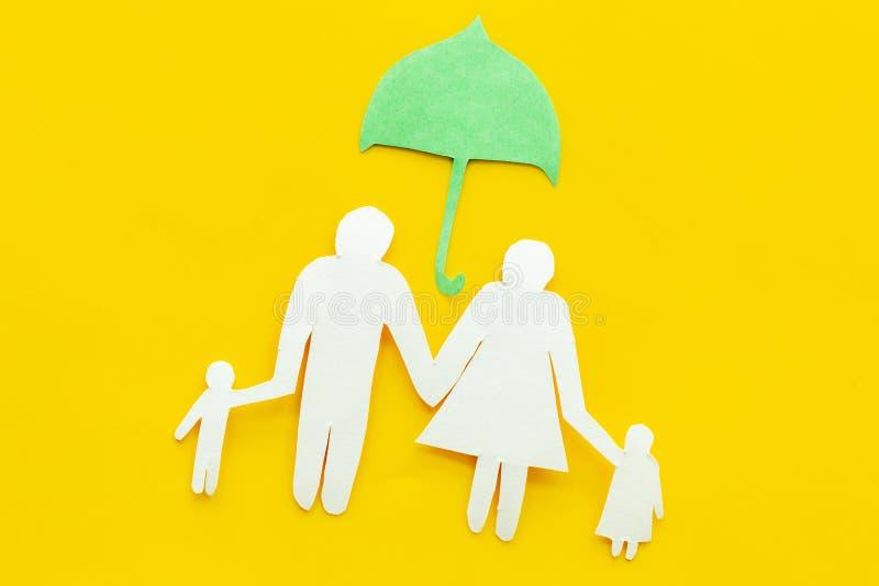Απεικόνιση της έννοιας κοινωνικής ασφάλισης Οικονομική προστασία Οικογενειακή σκιαγραφία, διακοπή κάτω από την ομπρέλα σε κίτρινο στοκ φωτογραφία με δικαίωμα ελεύθερης χρήσης