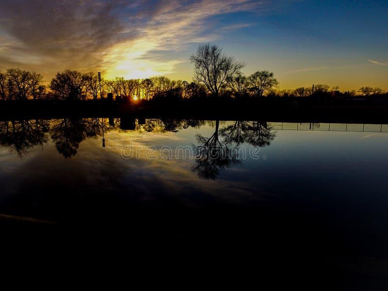 Απεικόνιση του νερού στο ηλιοβασίλεμα στοκ εικόνες