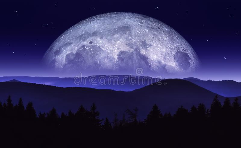 Απεικόνιση φαντασίας του φεγγαριού ή του πλανήτη που αυξάνεται πέρα από τη σειρά βουνών τη νύχτα Τοπίο επιστημονικής φαντασίας Αρ ελεύθερη απεικόνιση δικαιώματος