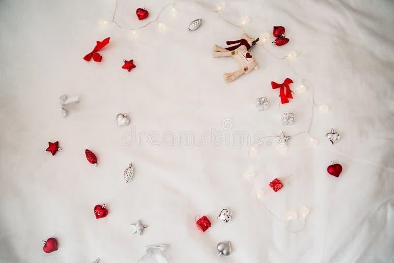 Download απεικόνιση χεριών διακοσμήσεων Χριστουγέννων ανασκόπησης πέρα από το χρωματισμένο λευκό Στοκ Εικόνες - εικόνα από πεύκο, εύθυμος: 62714142