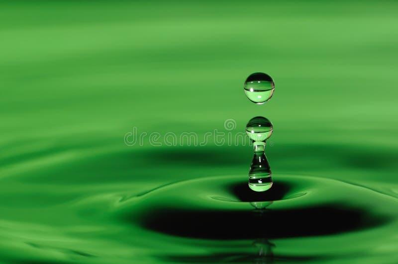 Απελευθέρωση του ύδατος σε πράσινο στοκ φωτογραφία με δικαίωμα ελεύθερης χρήσης