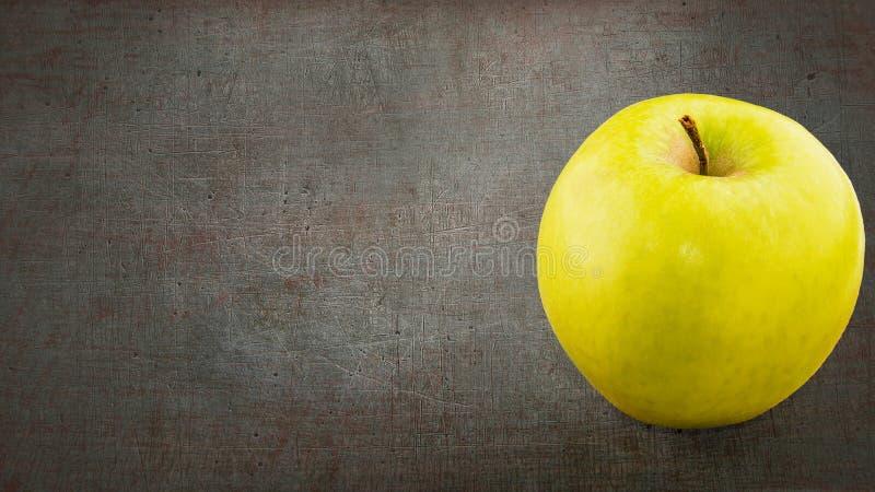 απελευθερώσεις ανασκόπησης μήλων πράσινες πέρα από το λευκό ύδατος στοκ εικόνες