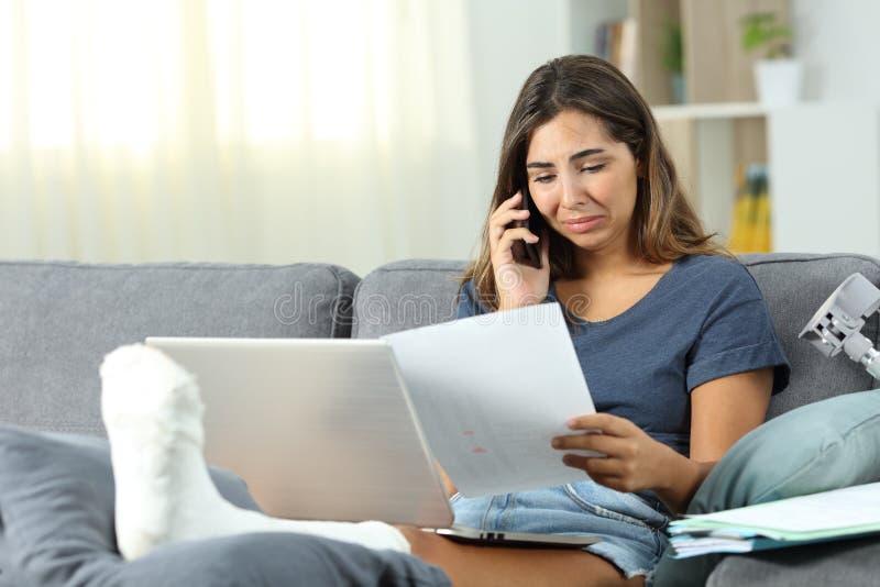 Απελπισμένα άτομα με ειδικές ανάγκες μόνα - υιοθετημένος λύνοντας τα προβλήματα στο τηλέφωνο στοκ εικόνα