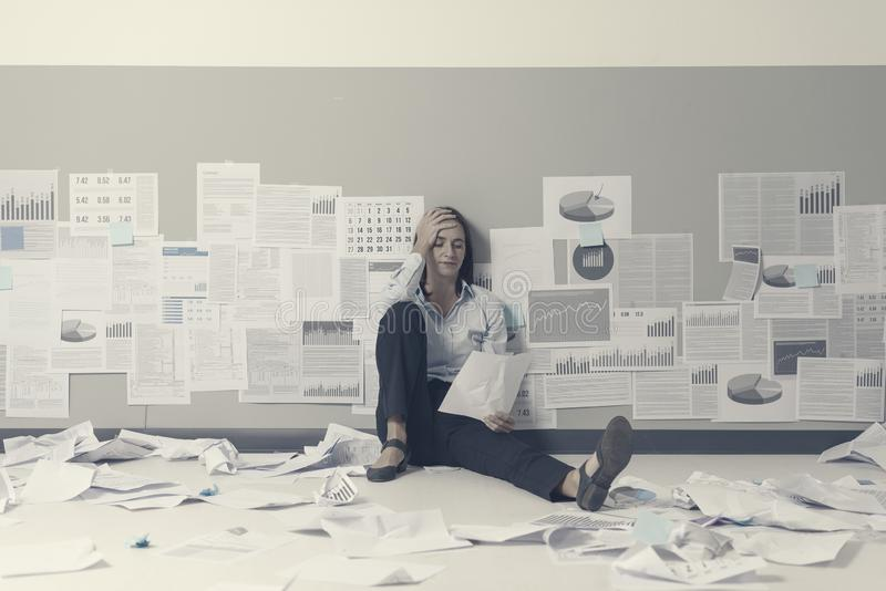 Απελπισμένη επιχειρηματίας και επιχειρηματική αποτυχία στοκ φωτογραφίες
