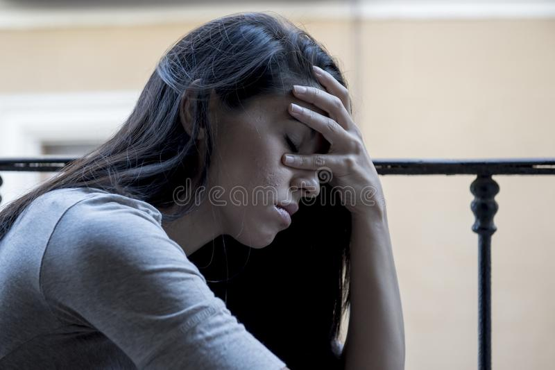 Απελπισμένο λυπημένο λατινικό μπαλκόνι γυναικών στο σπίτι που φαίνεται και πιεσμένο υφισμένος την κατάθλιψη στοκ φωτογραφίες