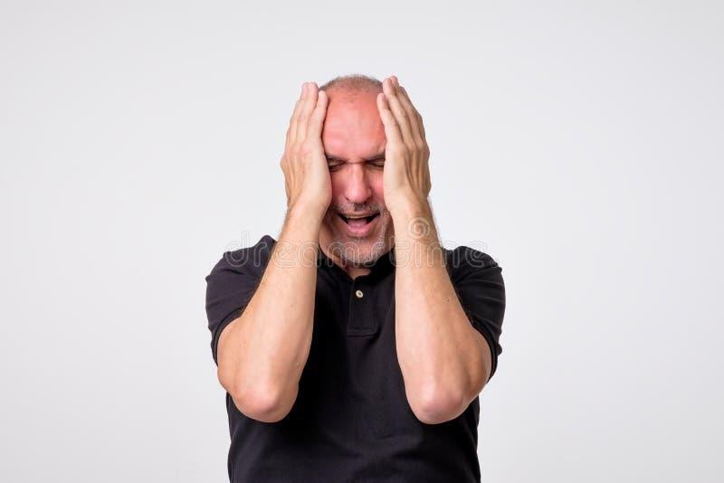 Απελπισμένο ώριμο ισπανικό άτομο που φωνάζει στα χέρια του στοκ φωτογραφία με δικαίωμα ελεύθερης χρήσης