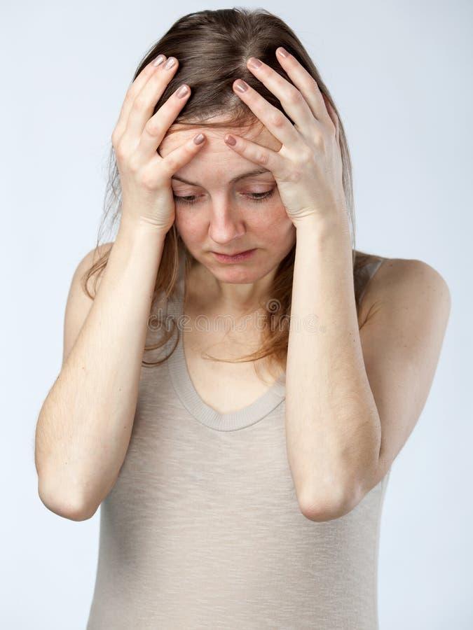Απελπισμένη γυναίκα, χέρια στο μέτωπο στοκ φωτογραφίες