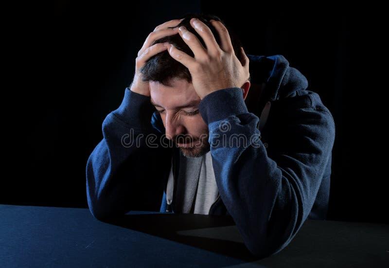 Απελπισμένο άτομο που υφίσταται το συναισθηματικό πόνο, τη θλίψη και τη βαθιά κατάθλιψη στοκ φωτογραφία