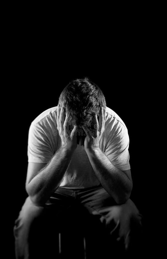 Απελπισμένο άτομο που υφίσταται το συναισθηματικό πόνο, τη θλίψη και τη βαθιά κατάθλιψη στοκ εικόνες με δικαίωμα ελεύθερης χρήσης