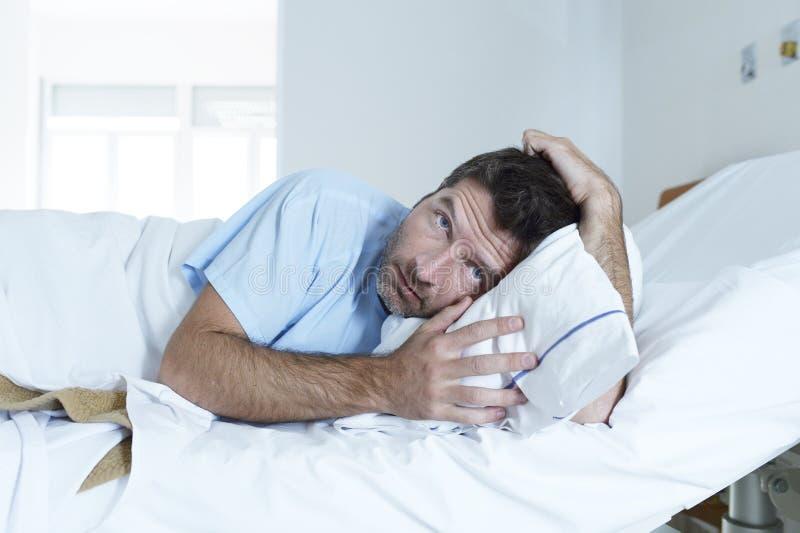 Απελπισμένο άτομο στο νοσοκομειακό κρεβάτι μόνο λυπημένο και που καταστρέφεται υφισμένος την κατάθλιψη _ στοκ εικόνες με δικαίωμα ελεύθερης χρήσης