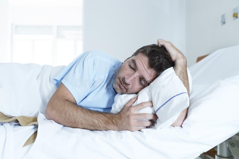 Απελπισμένο άτομο στο νοσοκομειακό κρεβάτι μόνο λυπημένο και που καταστρέφεται υφισμένος την κατάθλιψη _ στοκ εικόνες