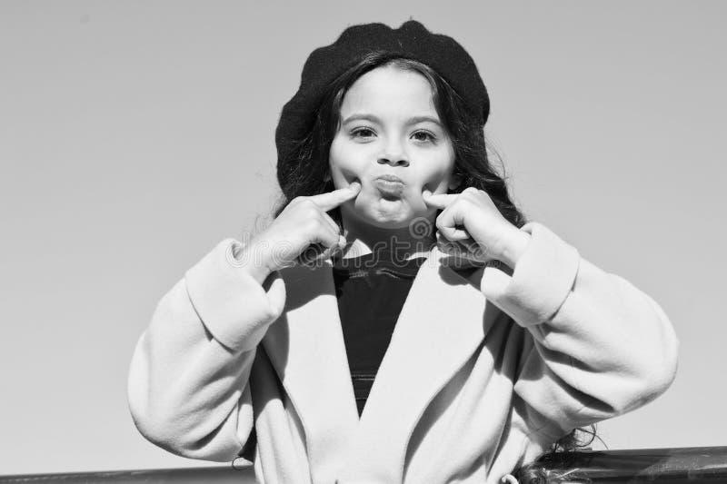 Απλά παίζω απολαύστε φθινοπωρινή ημέρα τυχερός με τον καιρό αστεία κυρία μικρό κορίτσι σε εξωτερικό χώρο γαλλικό στυλ μόδα στοκ εικόνες με δικαίωμα ελεύθερης χρήσης