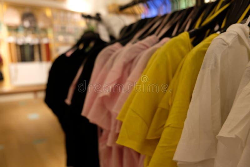 Απλές μπλούζες σε ένα κατάστημα στοκ φωτογραφίες με δικαίωμα ελεύθερης χρήσης