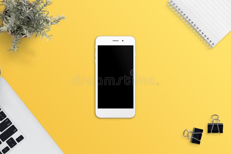 Απλή, επίπεδη σκηνή με το άσπρο έξυπνο τηλέφωνο στο κίτρινο γραφείο Κενή οθόνη για app ή την απαντητική προώθηση ιστοχώρου στοκ φωτογραφία με δικαίωμα ελεύθερης χρήσης