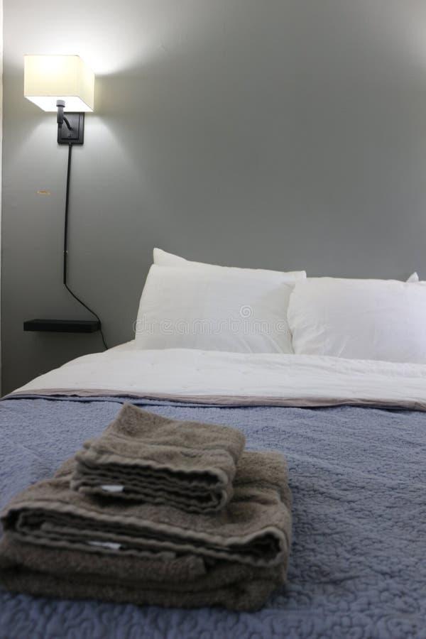 Απλή κρεβατοκάμαρα σπουδαστής-ύφους dorm με τα μέρη του φωτός στοκ εικόνα με δικαίωμα ελεύθερης χρήσης
