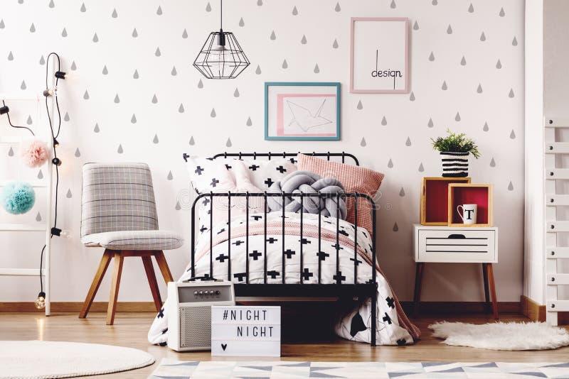 Απλό δωμάτιο παιδιών με τις κουβέρτες στοκ εικόνες