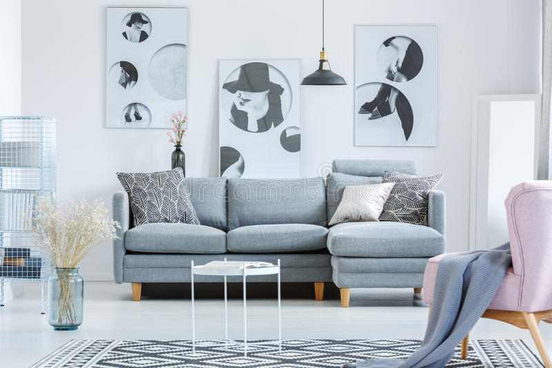 Απλό καθιστικό με τα έργα ζωγραφικής στοκ φωτογραφία