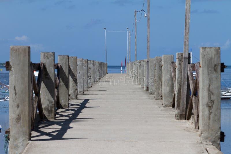 Αποβάθρα βαρκών πέρα από τον μπλε ωκεανό, Bohol, Φιλιππίνες στοκ εικόνες με δικαίωμα ελεύθερης χρήσης