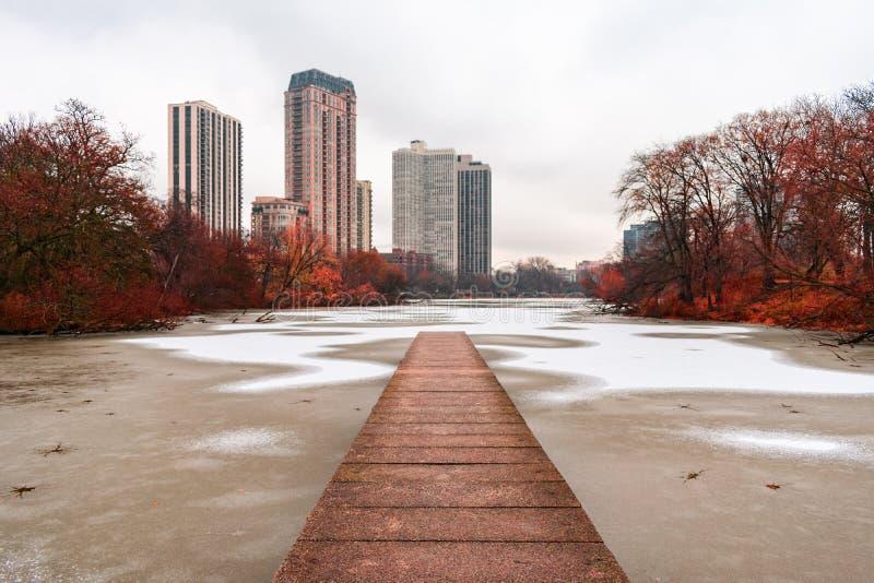 Αποβάθρα βόρειων λιμνών στο πάρκο Σικάγο του Λίνκολν με το χιόνι και τον πάγο στοκ εικόνα με δικαίωμα ελεύθερης χρήσης