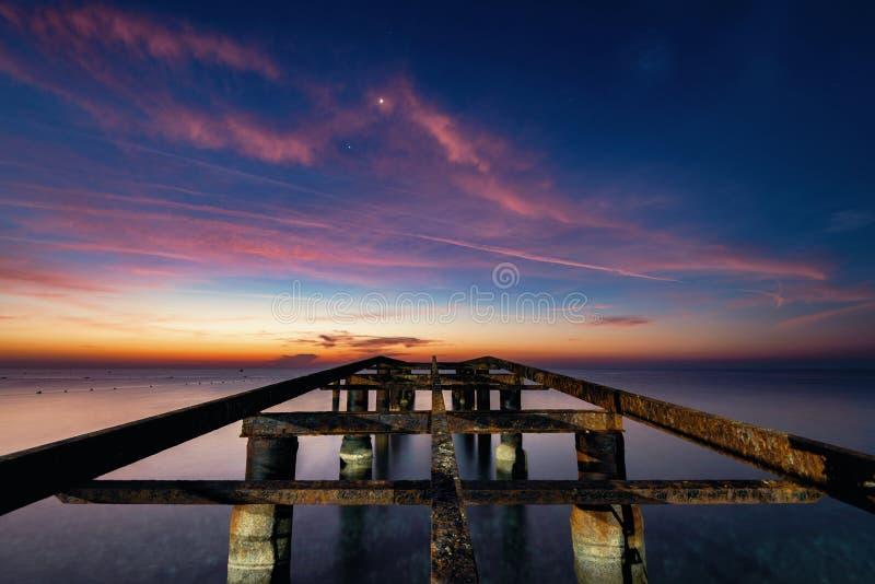 Αποβάθρα θάλασσας στα ξημερώματα στη μέση της αυγής στοκ εικόνες